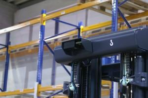 Locatiebepaling gebeurt via een op de mast gemonteerde optische scanners en aan het plafond gemonteerde 2D codes