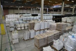 Het grootste deel van het warehouse in Gent is ingericht met vloerlocaties, zakgoed, vaten, big bags en IBC's: er ligt van alles