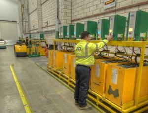 Het is verstandig om de batterijen tijdens het laden op een lastdrager te zetten, zodat beluchting van onderen mogelijk is