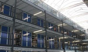 Een entresolvloer met drie etages van SSI Schäfer bij Nelson Schoenen