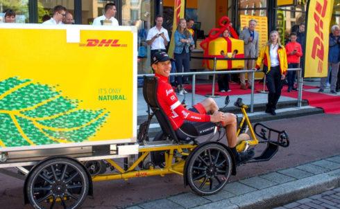 Bauke Mollema komt aanrijden bij DHL Express CityHub Groningen.