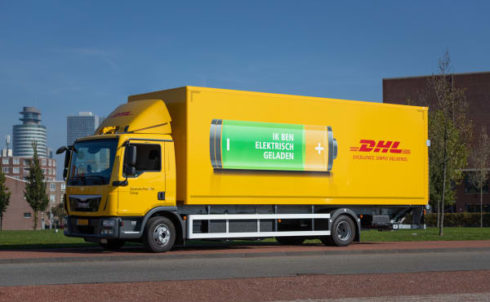 DHL neemt elektrische vrachtwagen in gebruik.