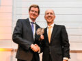 Ruud Vat (l.) ontvangt het Boeganker uit handen van Ronald Paul (r.) van het Havenbedrijf Rotterdam (foto: Nieya van Nie).